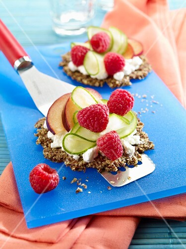 Flaxseed crispbread with cottage cheese, cucumber and raspberries