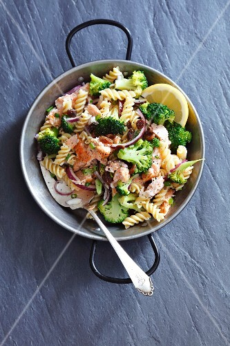 Fusilli salad with salmon, broccoli, onions and raisins