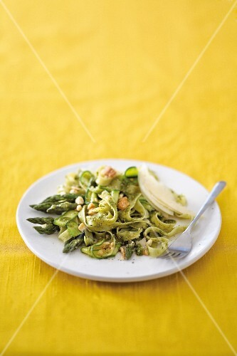 Green tagliatelle with asparagus, courgettes and pesto