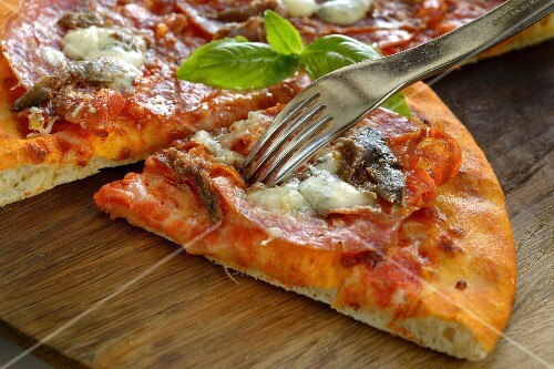 Spicy-style pizza with salami (close-up)