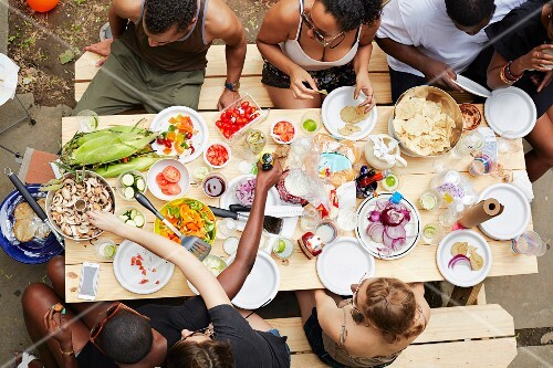 A group of young people eating in a courtyard (seen from above)