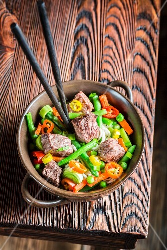 Fresh vegetables with beef and noodles (Asia)