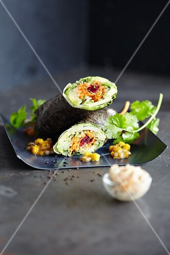 Seaweed and lettuce rolls with vegetables (Asia)