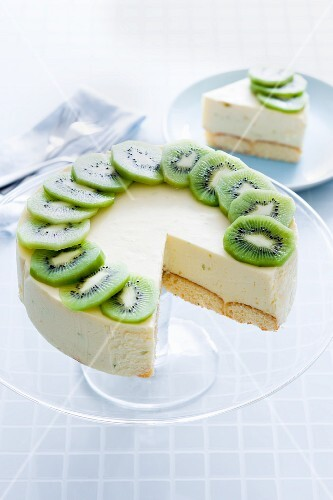 Mascarpone cake with lime and ginger decorated with kiwis