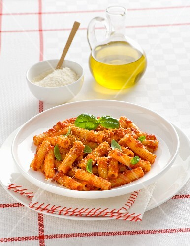 Maccheroni alla nduja (Nudeln mit Tomatensauce, scharfer Wurst und Basilikum, Italien)