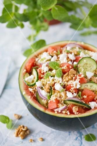 Wassermelonensalat mit Hirse, Gurken und Feta-Käse