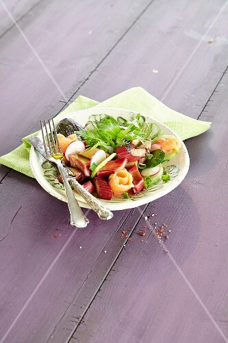 Rhubarb salad with smoked salmon