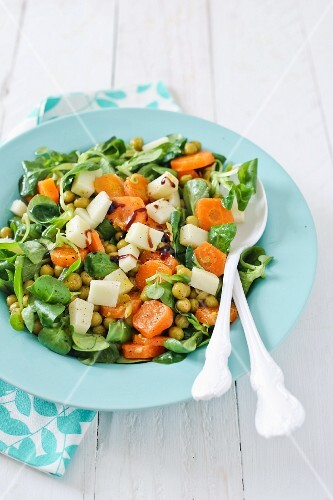 Lamb's lettuce with carrots, chickpeas and cheese