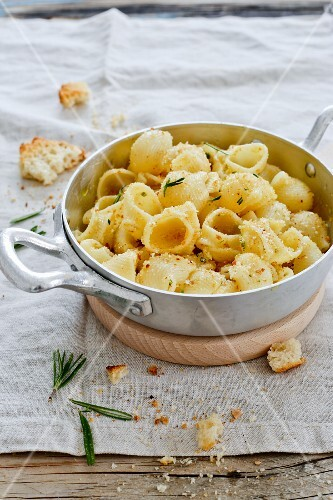 Pasta con la mollica (pasta with crispy breadcrumbs and Rosemary, Italy)