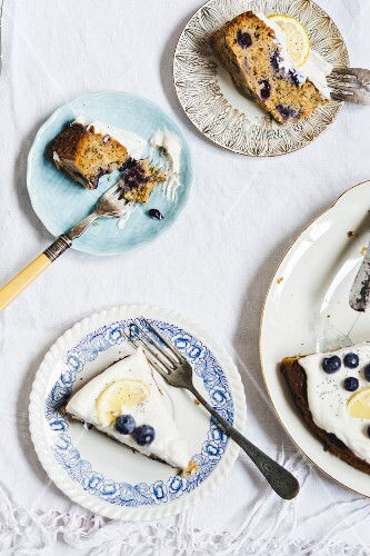 Lemon and blueberry cake with poppy seeds