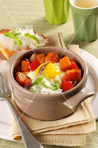 Cocotte with pepper, pumpkin and egg