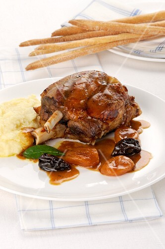 Pork knuckle with fruit sauce and mashed potatoes