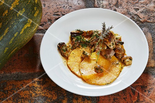 Roasted slices of Langer squash from Nepal with veal and porcini mushrooms