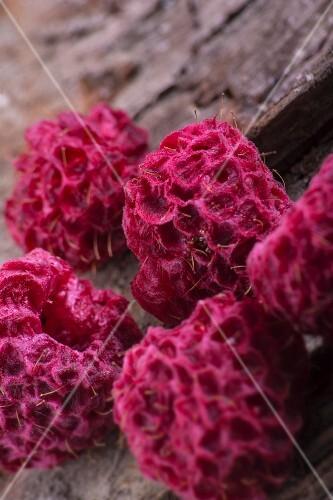 Dried raspberries (close-up)