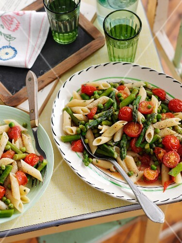 Quick penne pasta with asparagus, cherry tomatoes and peas