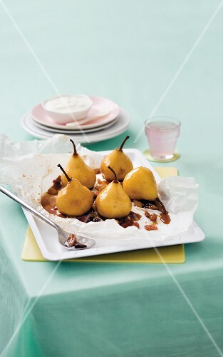 Pears with raisins in parchment paper