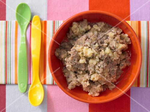 Potato and apple porridge with chicken liver (seen from above)