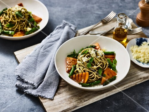 Spaghetti with vegetables and pesto