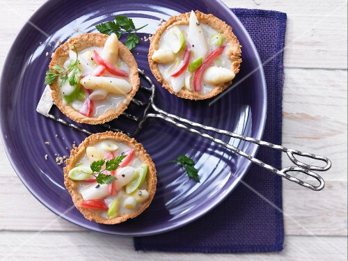 Savoury tartlets with asparagus ragout
