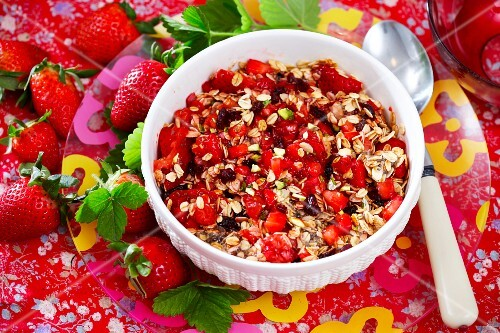 Oats with strawberries and pistachio nuts