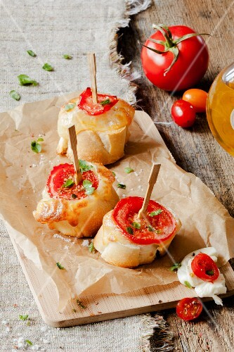 Slices of baguette with mozzarella and tomatoes on sticks