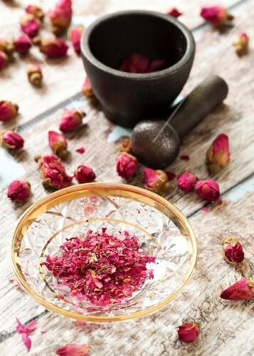 Zerstossene getrocknete Rosenblätter