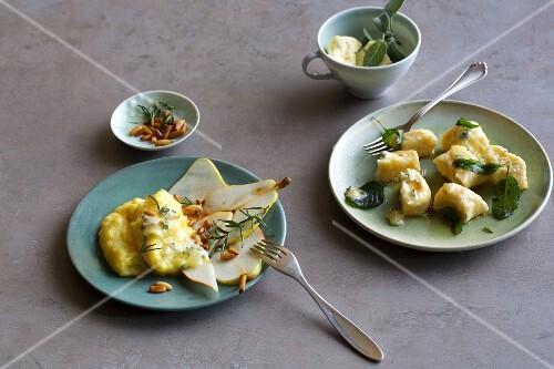 Polenta mit Käse und Birnen daneben Gnocchi mit Ricotta und Blauschimmel