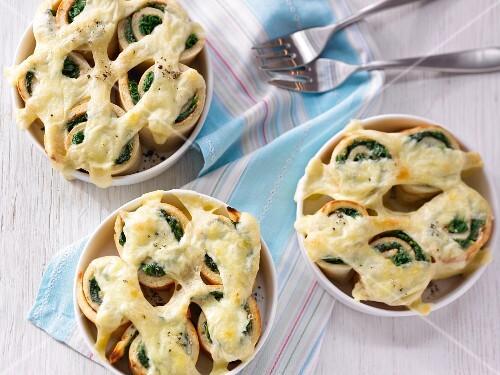 Gratinated spinach pancake rolls