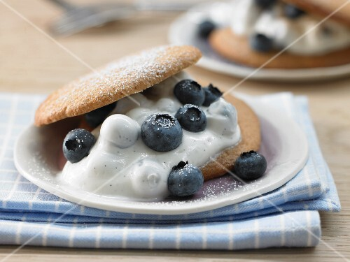 Spelt biscuits with blueberries and vanilla quark