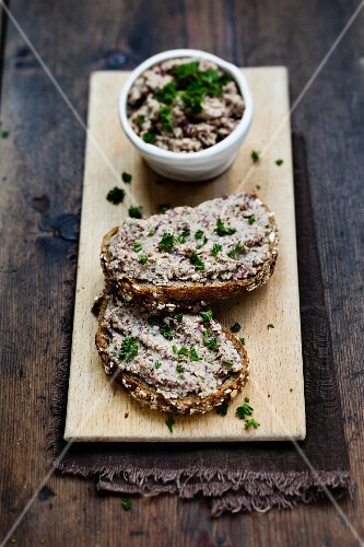 Bread with a smoked tofu and kidney bean spread