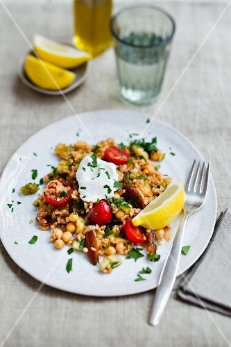 Oriental salad with bulgur, chickpeas and dates
