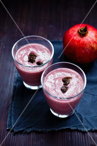 Pomegranate smoothies with figs