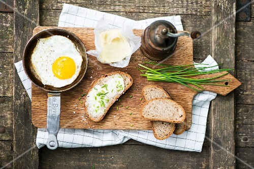 Fried egg with chive bread