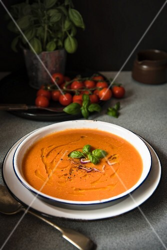 Tomato soup with basil and red onion