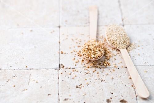 Puffed and unpuffed quinoa