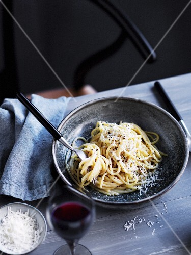 Spaghetti cacio e pepe (Spaghetti mit Käse und Pfeffer, Italien)