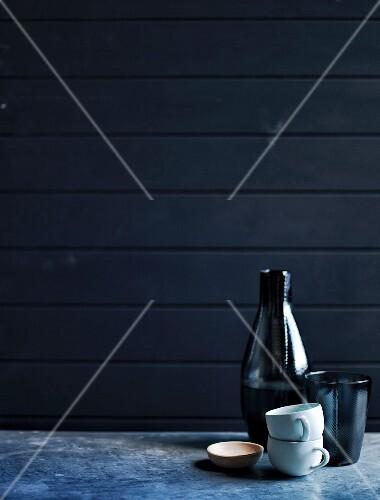 glasflasche becher tassen und sch lchen bild kaufen 11984207 stockfood. Black Bedroom Furniture Sets. Home Design Ideas