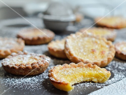 Crunchy biscuits filled with vanilla custard
