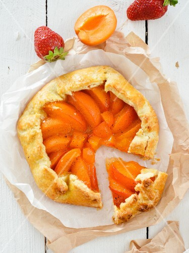 A sliced apricot & vanilla tart (seen from above)