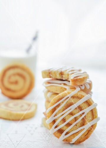 Cinnamon spiral biscuits with sour cream icing