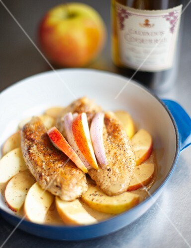 Chicken breast with Calvados on apple wedges