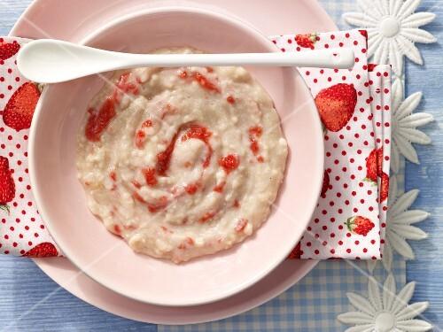 Strawberry porridge with baby oat flakes