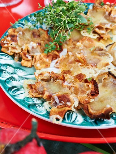 Jerusalem artichoke crisps topped with melted cheese