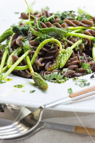 Wholemeal vegan fusilli with fried sage and wild asparagus
