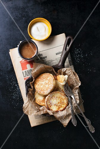 Quark pancakes with semolina in a cast-iron pan (seen from above)