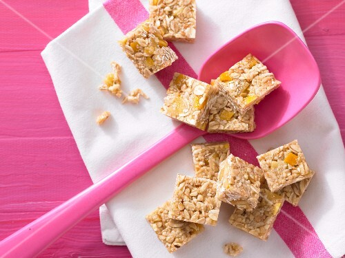 Mango and almond squares with sesame seeds
