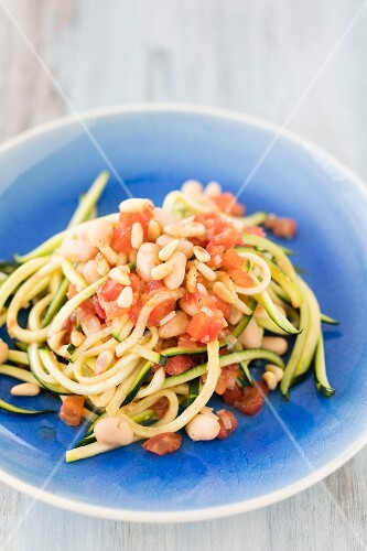Spaghetti with courgette pasta, haricot beans and diced tomato (low-carb)