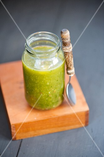 Spinach & lemon smoothie in a screw-top jar