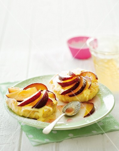 Using up leftover: plum & vanilla cream tartlets
