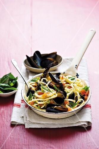 Linguini with mussels
